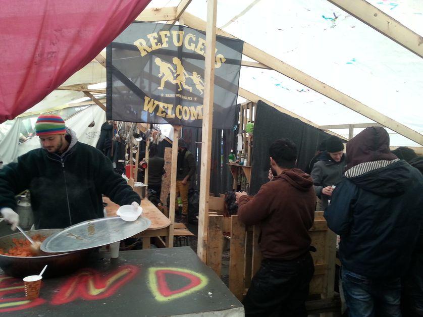 Grande Synthe, une des tentes de bénévoles servant des repas