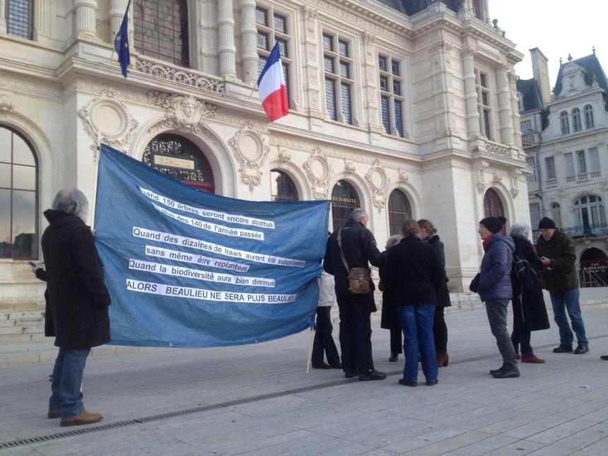 Le collectif contre l'abattage des platanes devant la mairie de Poitiers