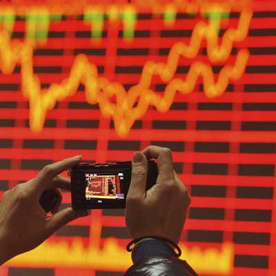 Informations boursières prise en photo par un investisseur à Fuyang en Chine