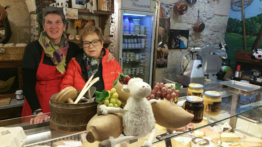 Michèle et sa belle-fille Cahterine dans la fromagerie.