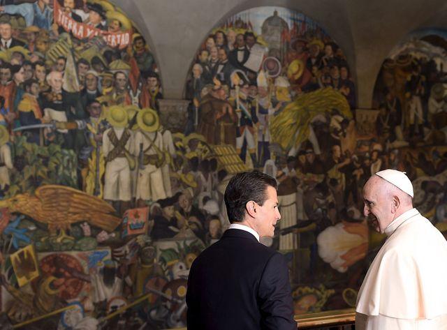 Le Pape et le président mexicain devant une peinture murale de Diego Rivera