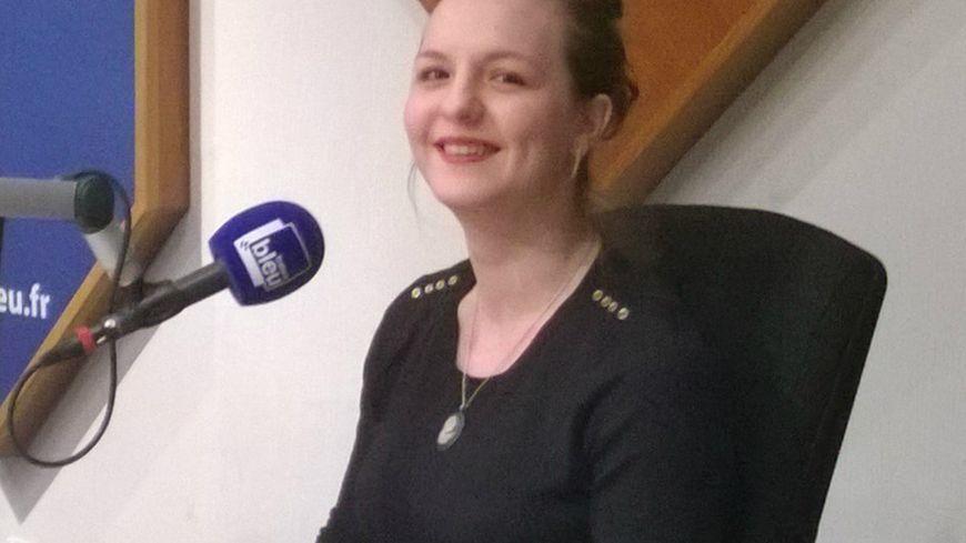 Joy-Astrid Poinsot dans les studios de France Bleu Bourgogne.