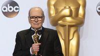 Ennio Morricone reçoit le premier Oscar de sa carrière