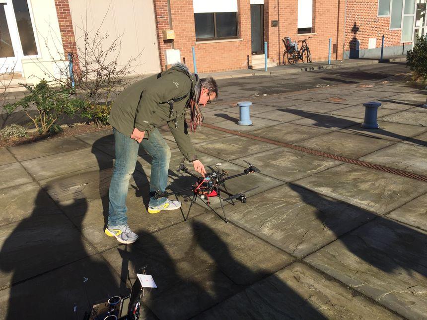 Emmanuel leconte s'apprète à faire décoler son drone
