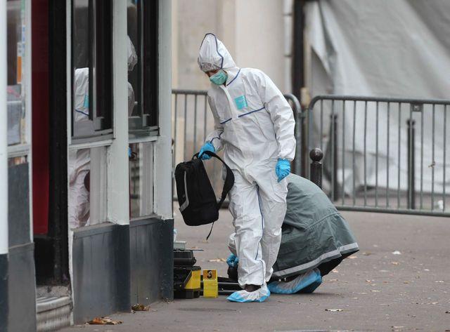 La police scientifique à l'oeuvre devant le Bataclan