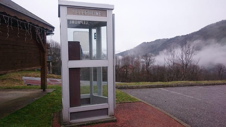 Cabine téléphonique à Montmin