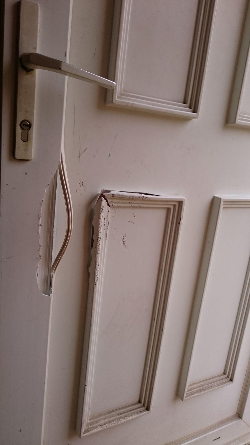 La porte de la maison n'a pas résisté aux coups donnés par les policiers