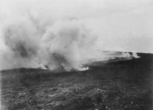 Soldats allemands face à un barrage d'artillerie à Verdun en 1916