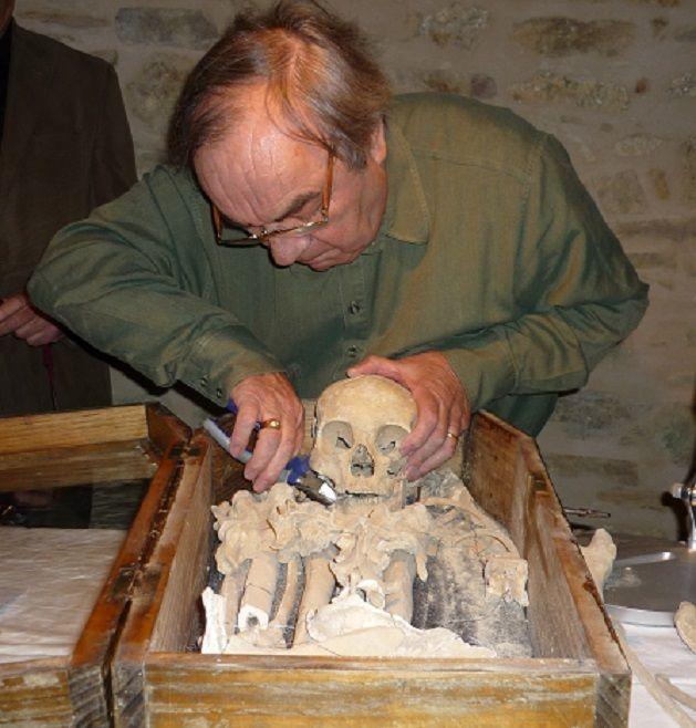 Le médecin légiste, Claude Piva, examine le squelette de Montcigoux