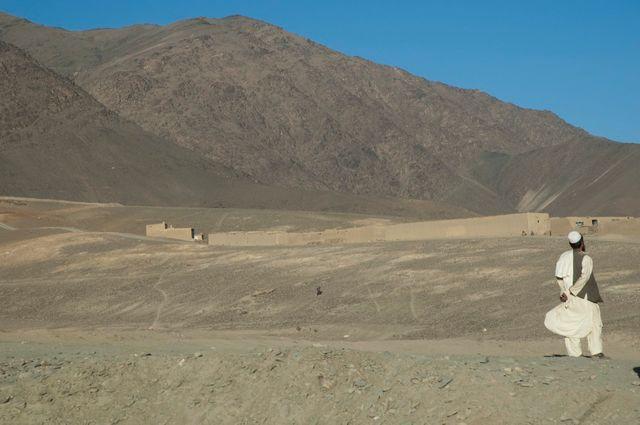 Afghan regardant les montagnes à côté de Jalrez, dans la région de Wardak (Afghanistan)
