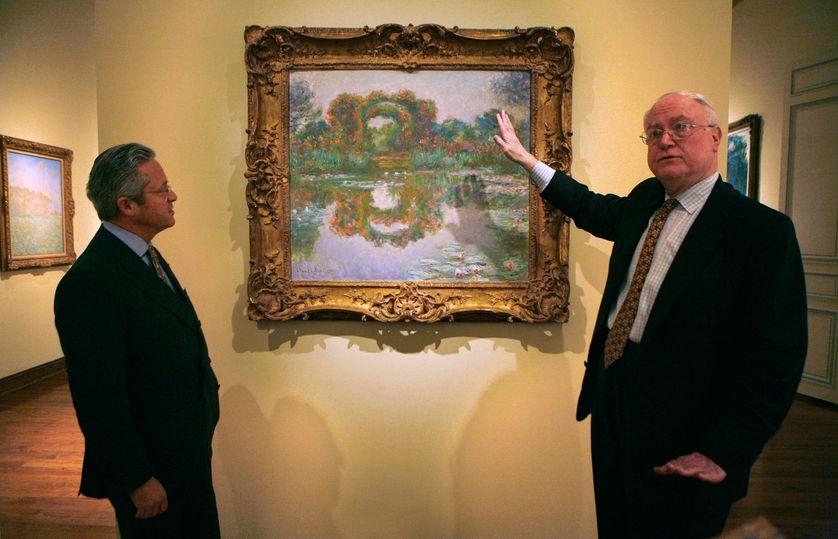 Guy Wildenstein montre un tableau de Monet à NY en 2007