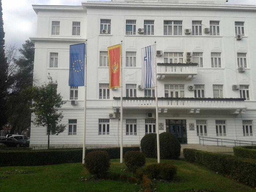 Les drapeaux européen, monténégrin et de la ville de Podgorica