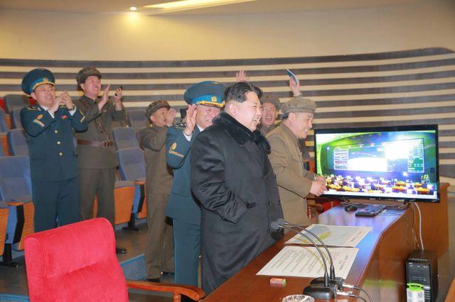 Kim Jong Un et son état major se réjouissent après le lancement de la fusée [photo officielle]