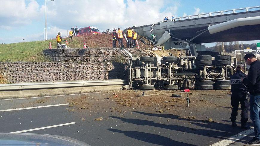 Le camion a chuté d'une dizaine de mètres