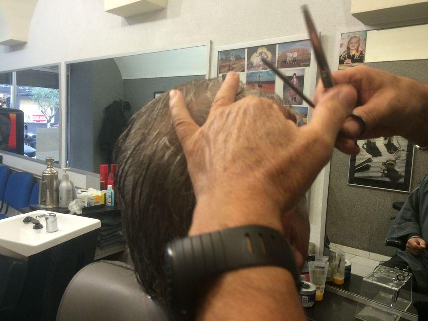 Plusieurs générations de clients se succèdent chez le coiffeur
