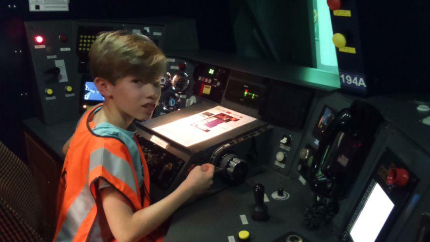Elliot, 11 ans,  aux commandes du simulateur de conduite du RER C