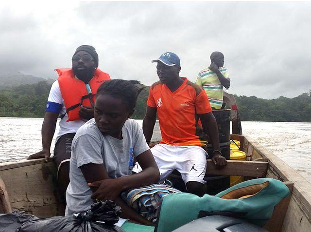 L'équipe de Aides arrive en pirogue