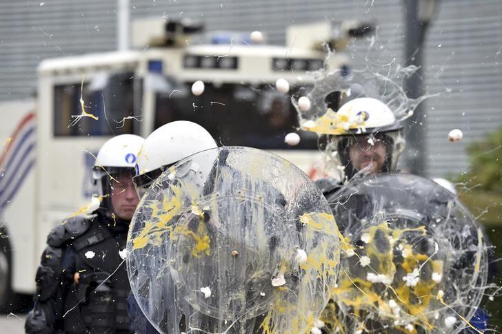 Policiers recevant des oeufs sur la tête