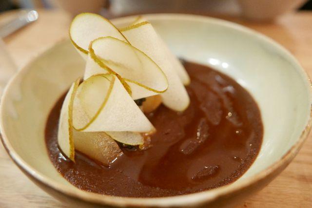 Crémeux au chocolat, poire fraîche et confite, caramel de kombu