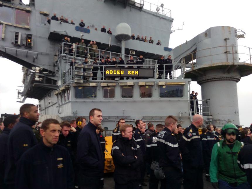 Les marins disent adieux aux SEM sur le pont