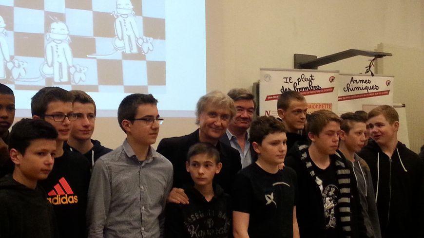 Plantu et Philippe Delestre avec les élèves de Château-Salins
