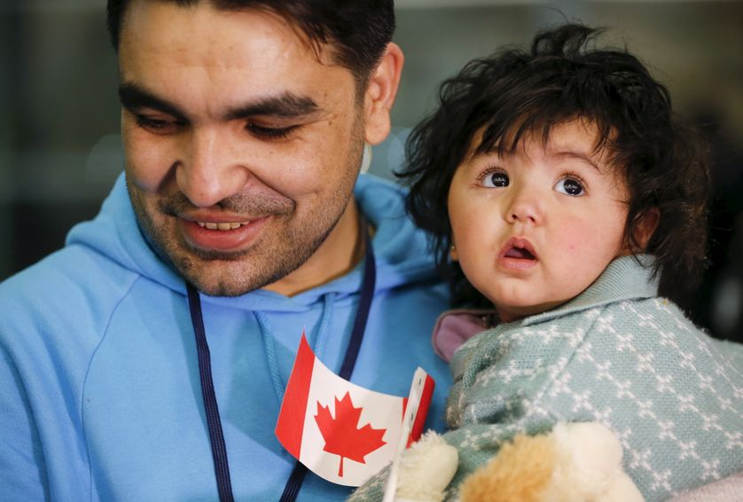 Un réfugié syrien avec sa fille à l'aéroport de Toronto en décembre 2015