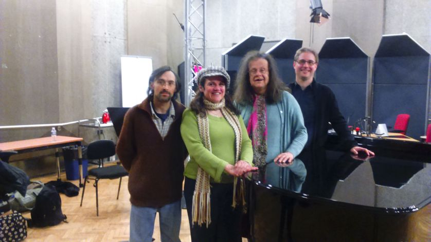Hélène Hazera en compagnie de Sandrine Cabadi et de sa troupe.