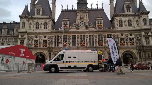 Le camion de la Croix Rouge française sur le parvis de l'Hôtel de Ville