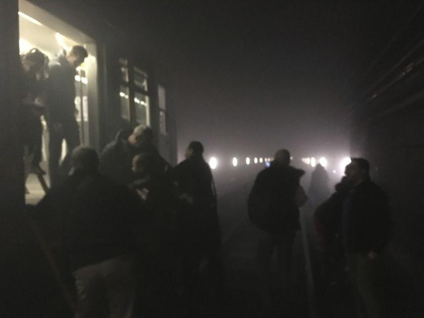 Passagers sortant de la rame après l'explosion dans le métro bruxellois