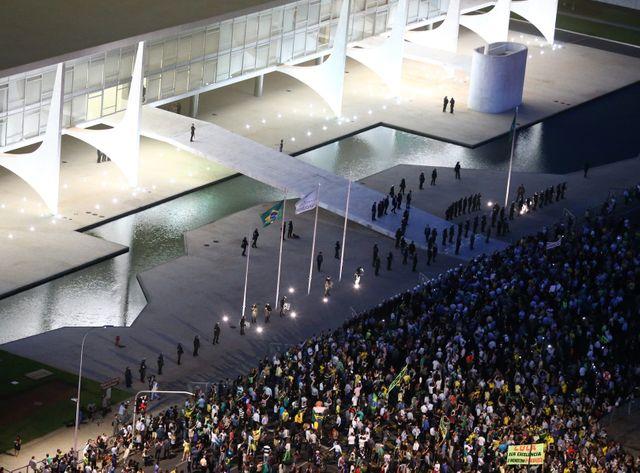 L'avenir de Dilma Rousseff et de Lula da Silva est entre les mains de la justice et de députés.
