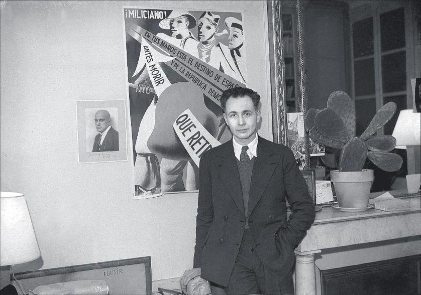 Louis Aragon devant le portrait du poète Maïakovski