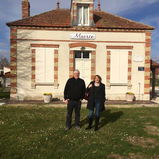 Alain et Christine devant la Mairie de Passy-sur-Seine (77)