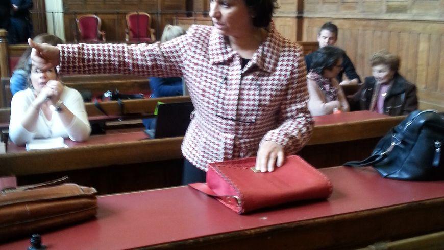 Farida Belghoul à l'arrivée de son procès à Tours