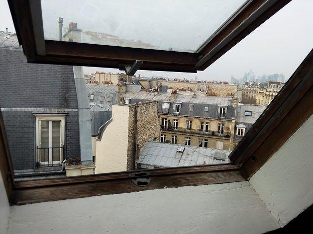La vue depuis le vasistas d'une chambre de bonne à Paris