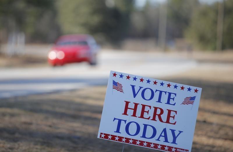 Devant un bureau de vote pendant les primaires américaines en Caroline du Sud