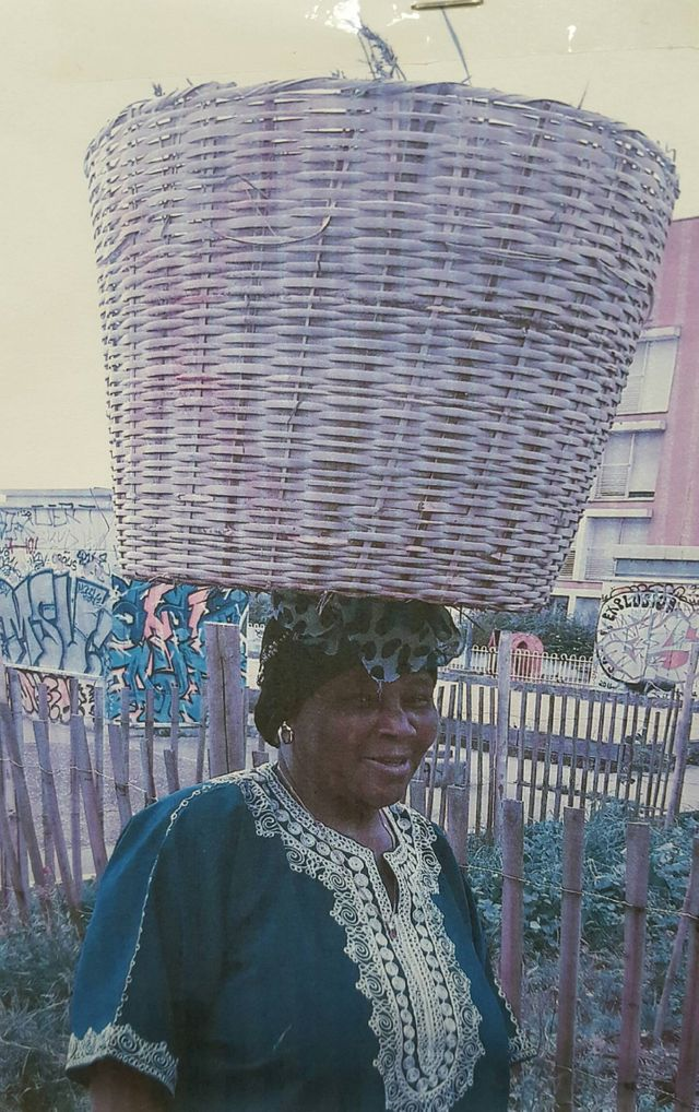 Hawa Camara, dans le jardin de l'Association des Femmes Maliennes de Montreuil