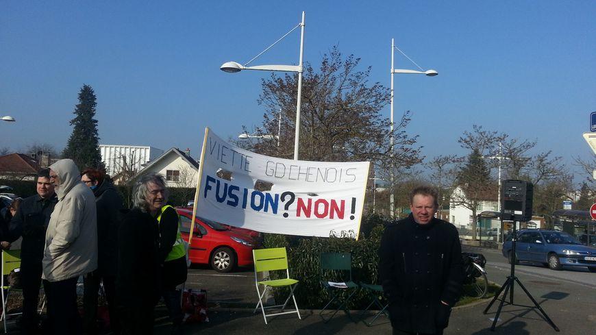 Des opposants à la fusion samedi matin devant le lycée Viette /
