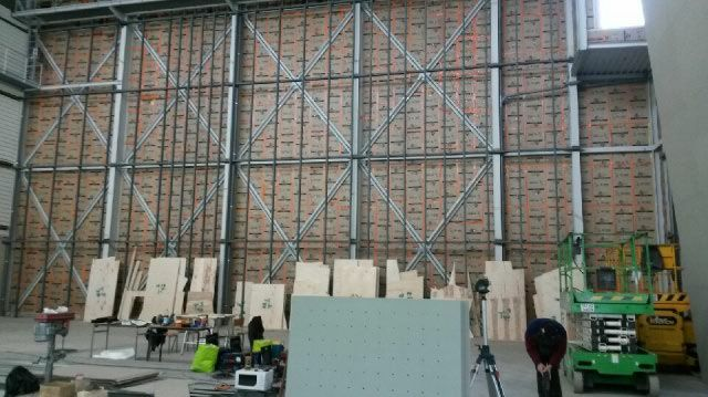 vid o un mur d 39 escalade international en construction au gymnase jean gachet. Black Bedroom Furniture Sets. Home Design Ideas