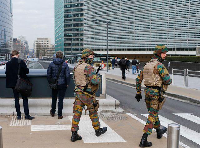 Des soldats belges patrouillent dans le quartier européen de Bruxelles