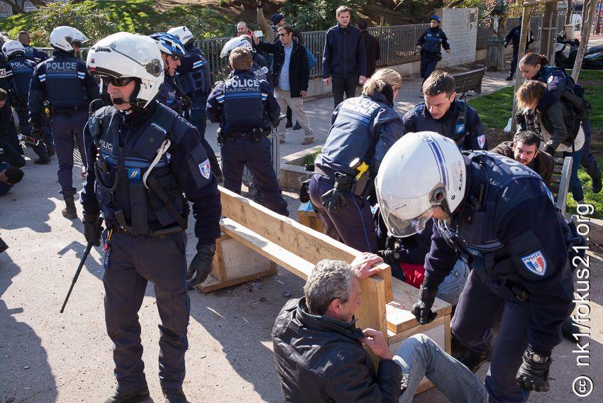 Des policiers casqués et équipés de matraques pour certains