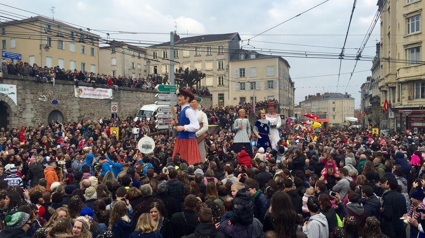 Les géants défilent dans Limoges pour le carnaval sur le thème du nord