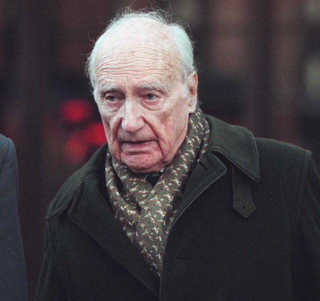 Maurice Papon arrive le 23 mars 1998 au Palais de Justice de Bordeaux où se déroule son procès