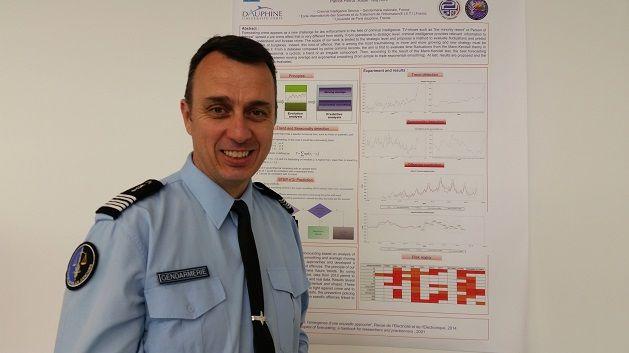Un des membres de la division de gendarmerie expérimentant l'utilisation d'algorithmes