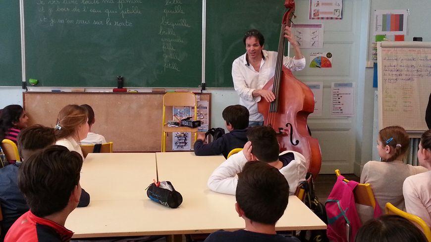 L'artiste Pascal Péroteau aide les élèves à composer la chanson