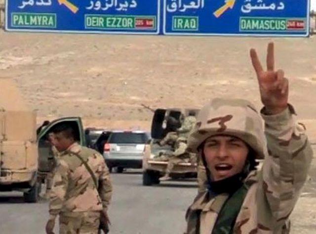 Des soldats syriens arrivent dans Palmyre le 24 mars 2016