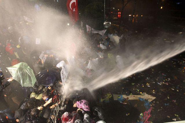 La police antiémeutes utilise les lacrymogènes et les canons à eau contre les manifestants venus soutenir Zaman