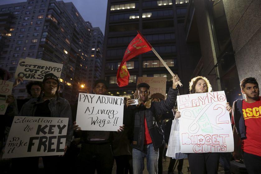 Des étudiants manifestent pour une diminution des frais de scolarité à New York