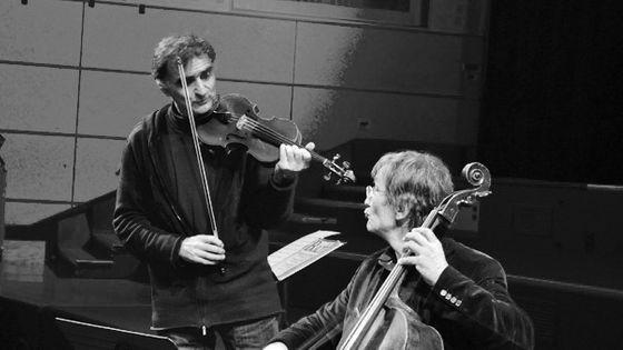 Emmanuel Bigand et Marc-Olivier de Nattes interprètent un duo pour illustrer l'évocation des émotions en musique (Photo : Suzana Kubik)