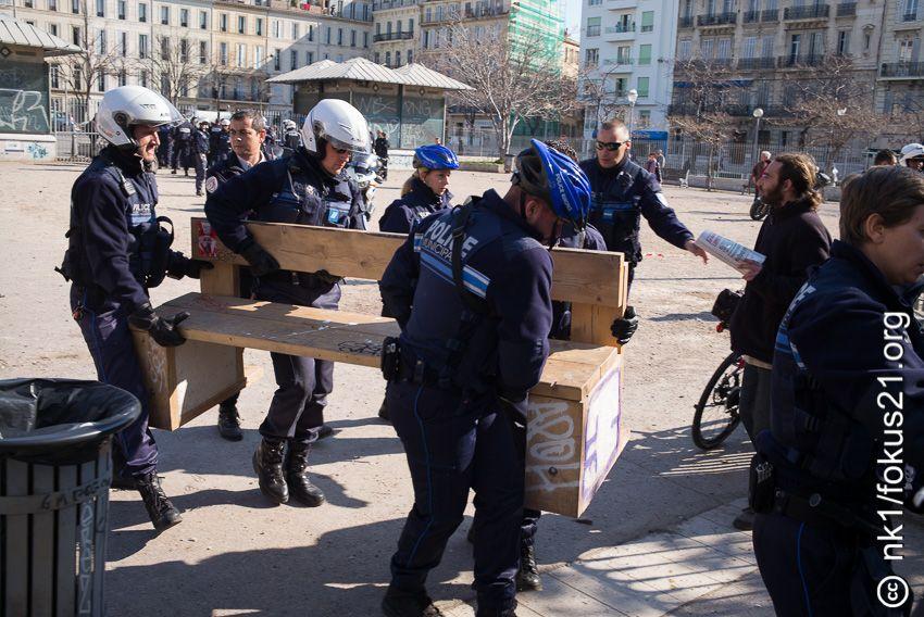 Les policiers embarquent le banc pour le détruire
