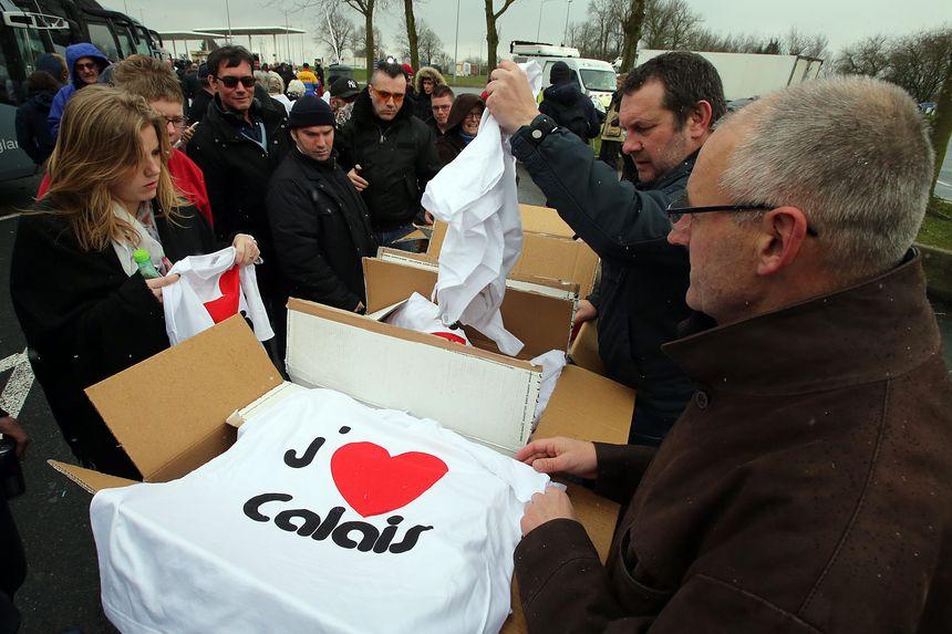 """Distribution de t-shirts """"J'aime Calais"""" aux manifestants"""